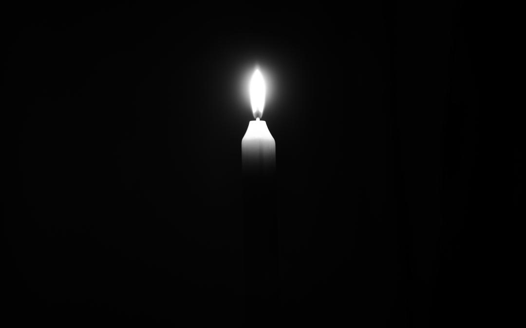 Kerzenflamme auf schwarzem Hintergrund
