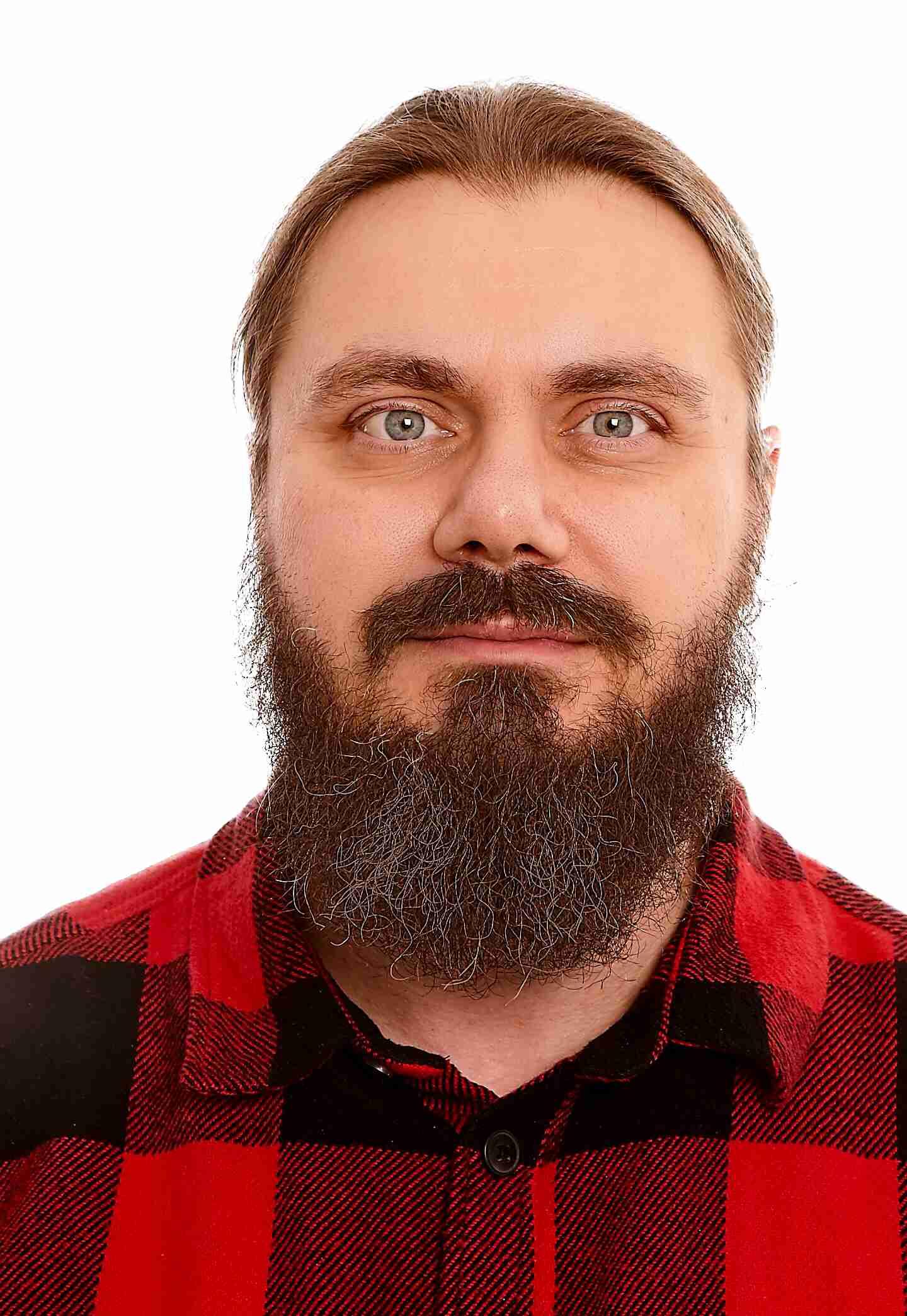 Mann mitn Bart im rot-schwarz-kariertem Hemd