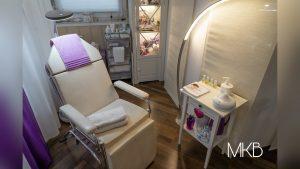 Behandlungsstuhl in einem ruhigen Raum mit dezenter Beleuchtung
